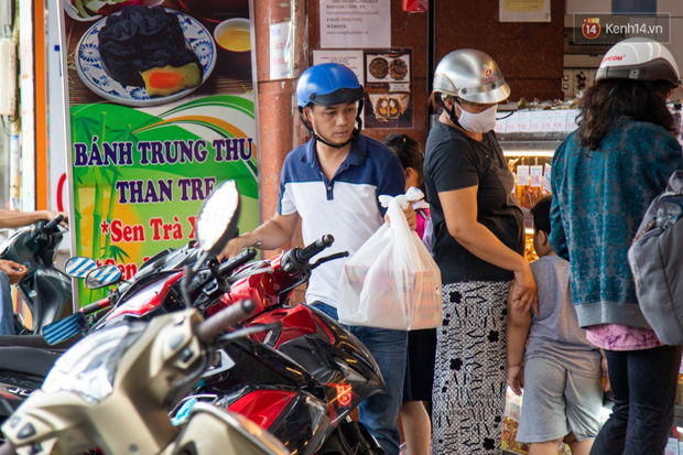 Cùng là bánh Trung thu Như Lan: Người Sài Gòn chen nhau ở tiệm, bánh lề đường mua 1 tặng 4 không ai buồn ghé là vì sao? - Ảnh 6.