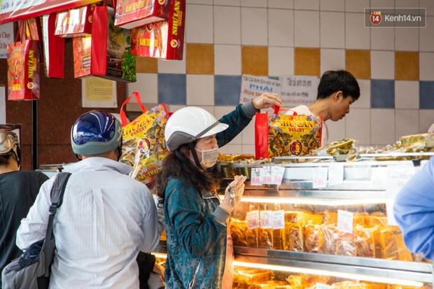 Cùng là bánh Trung thu Như Lan: Người Sài Gòn chen nhau ở tiệm, bánh lề đường mua 1 tặng 4 không ai buồn ghé là vì sao? - Ảnh 7.