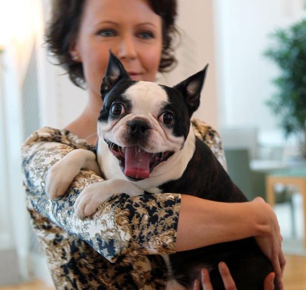 Là nguyên thủ quốc gia cũng không thoát khỏi kiếp con sen: Những khoảnh khắc si mê chó cưng của Tổng thống Phần Lan gây sốt MXH - Ảnh 6.