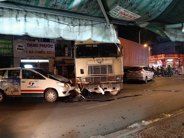 Lạc tay lái, xe đầu kéo gây ra vụ tai nạn liên hoàn - Ảnh 1.