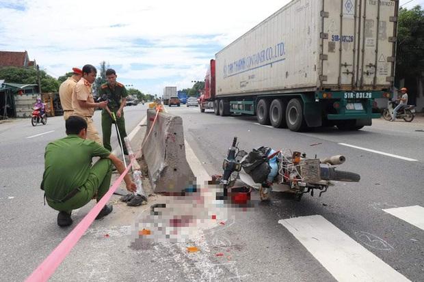 Đâm vào xe máy cắt ngang đường, xe container lật tiếp vào nhà dân khiến 2 người thương vong - Ảnh 2.