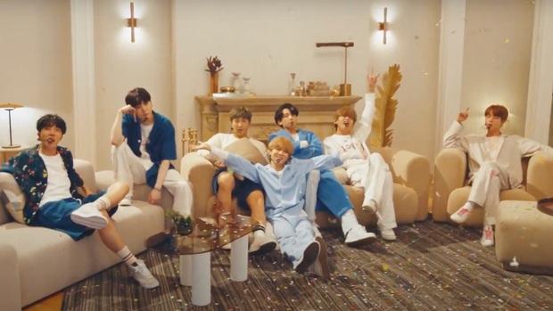 BTS mặc đồ ngủ diễn HOME tại Jimmy Fallon, Jimin được cameraman ưu ái nhưng visual của Jungkook mới là spotlight! - Ảnh 13.