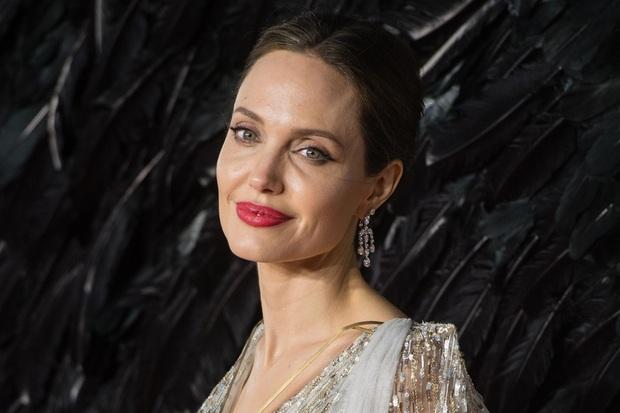 Dân tình đang náo loạn vì bộ ảnh Angelina Jolie ở thời kỳ đẹp nhất: Mặt như tạc, body ngộp thở, bảo sao Brad Pitt mê mệt - Ảnh 7.