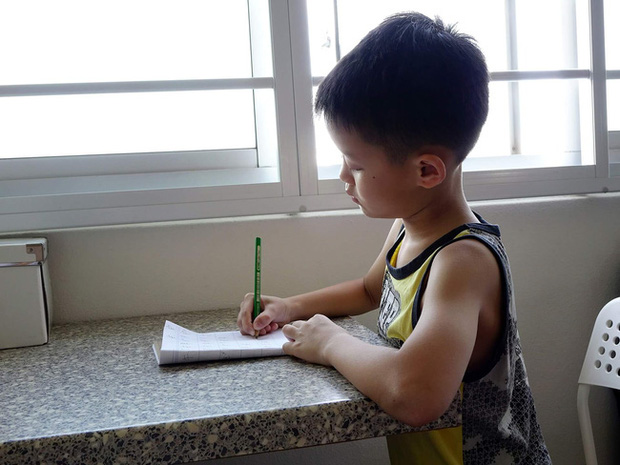 Dạy con trai học lớp 3 làm bài tập về nhà, ông bố tức đến mức đau tim, co giật, sùi bọt mép phải nhập viện cấp cứu - Ảnh 1.