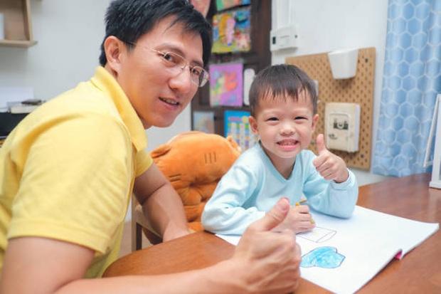 Dạy con trai học lớp 3 làm bài tập về nhà, ông bố tức đến mức đau tim, co giật, sùi bọt mép phải nhập viện cấp cứu - Ảnh 2.