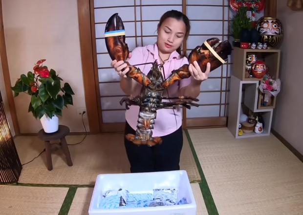 Liên tục làm video ăn tôm hùm, tôm càng, hải sản đắt đỏ hút cả triệu view, Quỳnh Trần JP khiến fan hâm mộ vừa thèm vừa ghen tị vì quá giàu có - Ảnh 14.