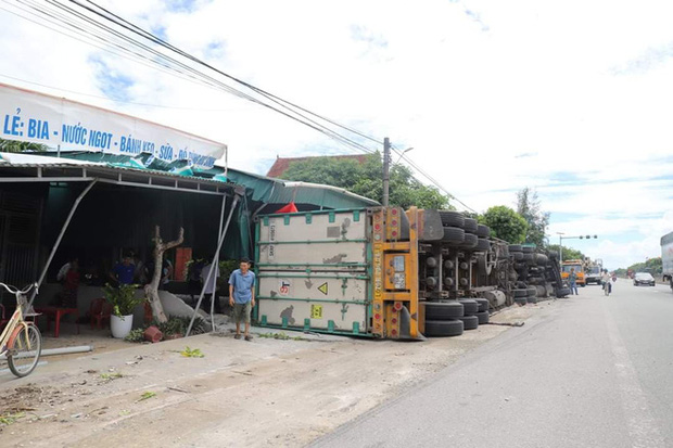 Đâm vào xe máy cắt ngang đường, xe container lật tiếp vào nhà dân khiến 2 người thương vong - Ảnh 4.