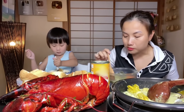 Liên tục làm video ăn tôm hùm, tôm càng, hải sản đắt đỏ hút cả triệu view, Quỳnh Trần JP khiến fan hâm mộ vừa thèm vừa ghen tị vì quá giàu có - Ảnh 9.