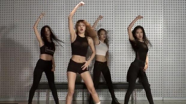 Phim tài liệu hé lộ hình ảnh hiếm của BLACKPINK thời pre-debut, Teddy và Jennie hướng dẫn Lisa hát trong phòng thu thế nào? - Ảnh 4.