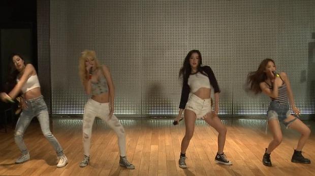Phim tài liệu hé lộ hình ảnh hiếm của BLACKPINK thời pre-debut, Teddy và Jennie hướng dẫn Lisa hát trong phòng thu thế nào? - Ảnh 6.
