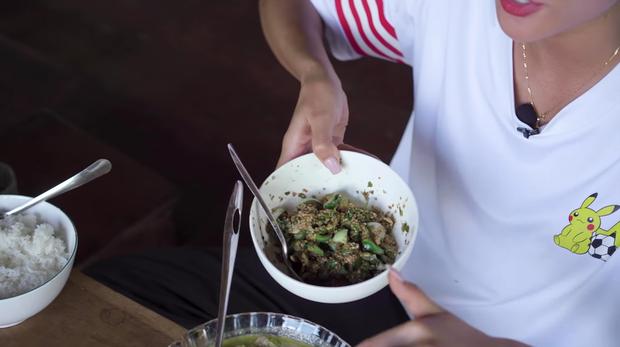 Bái phục khả năng ăn cay của HHen Niê: nấu nguyên nồi canh toàn ớt rồi lại giã ớt xanh ăn mà vẫn không hề hấn gì - Ảnh 7.