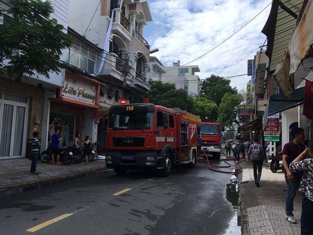 Giải cứu 2 người mắc kẹt trong đám cháy công ty ở Sài Gòn - Ảnh 6.