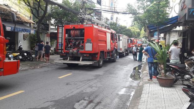 Giải cứu 2 người mắc kẹt trong đám cháy công ty ở Sài Gòn - Ảnh 5.