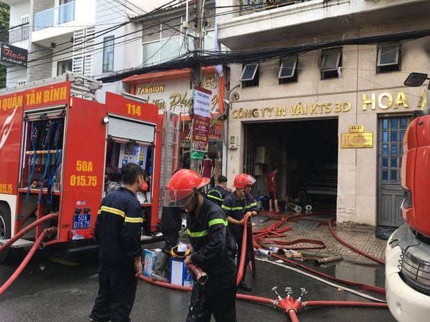 Giải cứu 2 người mắc kẹt trong đám cháy công ty ở Sài Gòn - Ảnh 4.