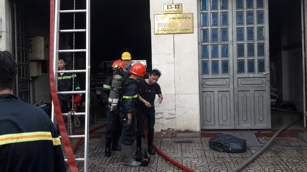 Giải cứu 2 người mắc kẹt trong đám cháy công ty ở Sài Gòn - Ảnh 7.