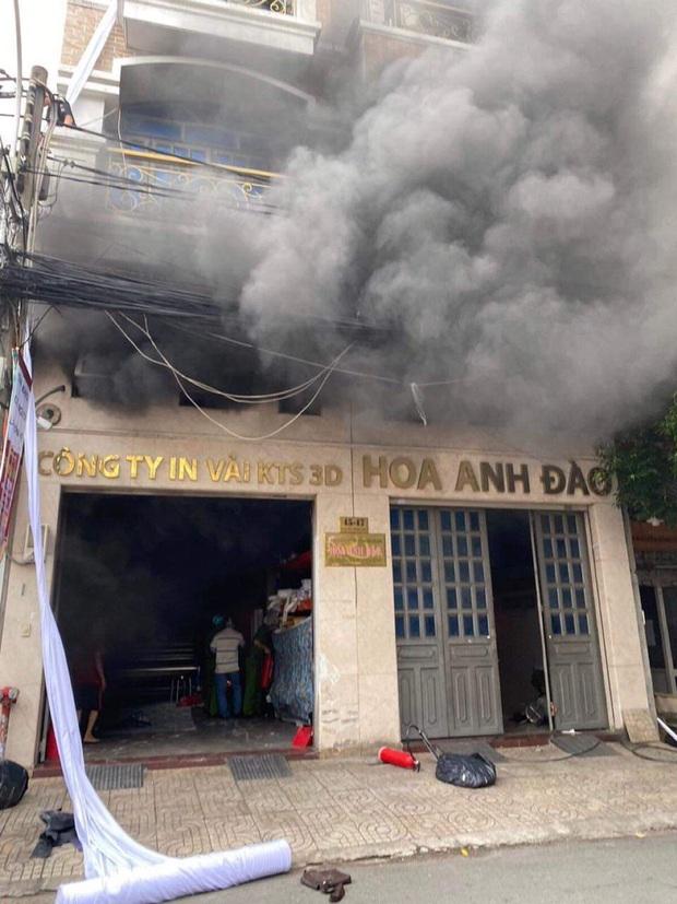 Giải cứu 2 người mắc kẹt trong đám cháy công ty ở Sài Gòn - Ảnh 1.