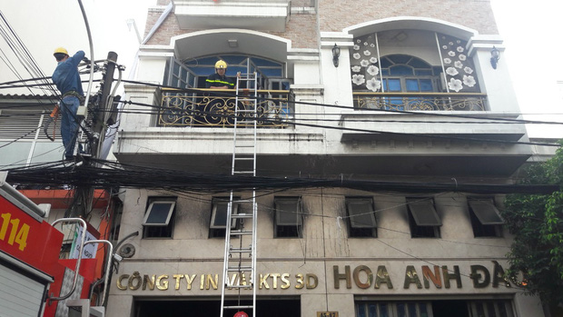 Giải cứu 2 người mắc kẹt trong đám cháy công ty ở Sài Gòn - Ảnh 2.