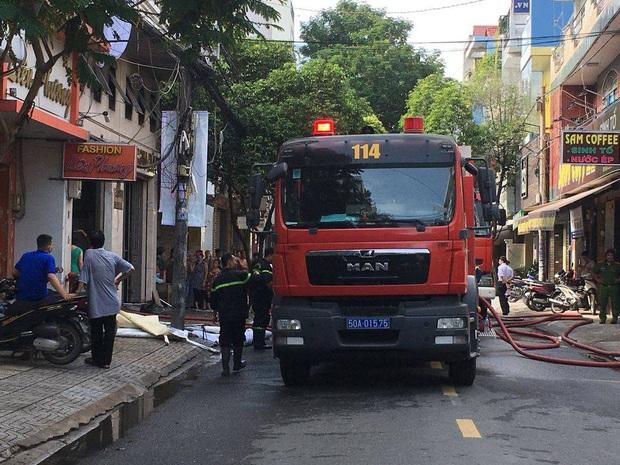 Giải cứu 2 người mắc kẹt trong đám cháy công ty ở Sài Gòn - Ảnh 3.