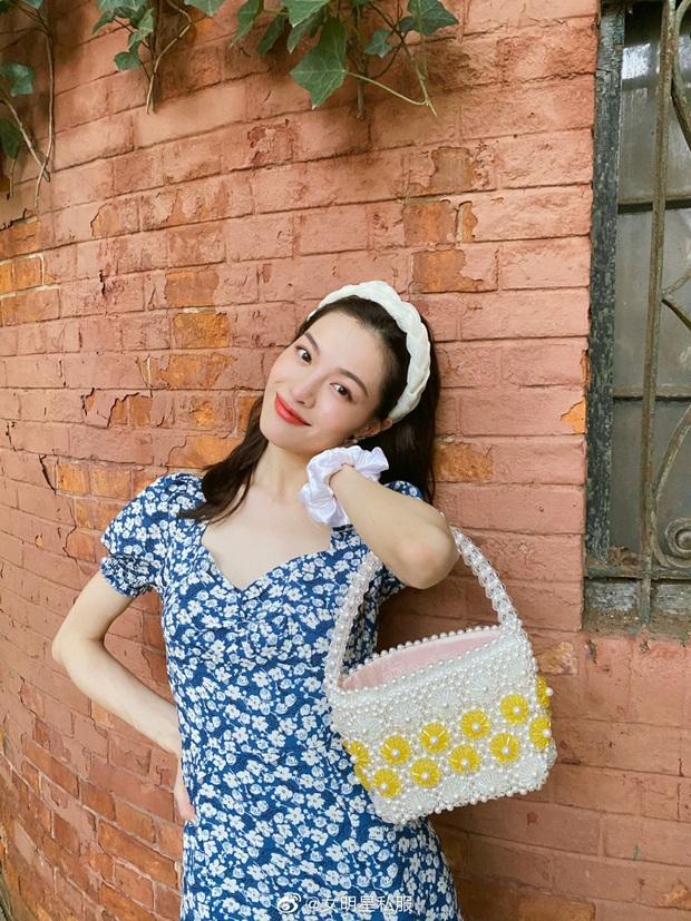 Jisoo xinh thế mà vẫn lép vế trước người tình của cha nuôi Lưu Diệc Phi khi diện cùng một mẫu váy - Ảnh 3.