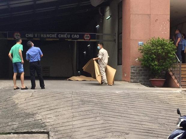Hà Nội: Nam công nhân sửa điều hoà rơi từ tầng cao chung cư xuống đất tử vong - Ảnh 1.