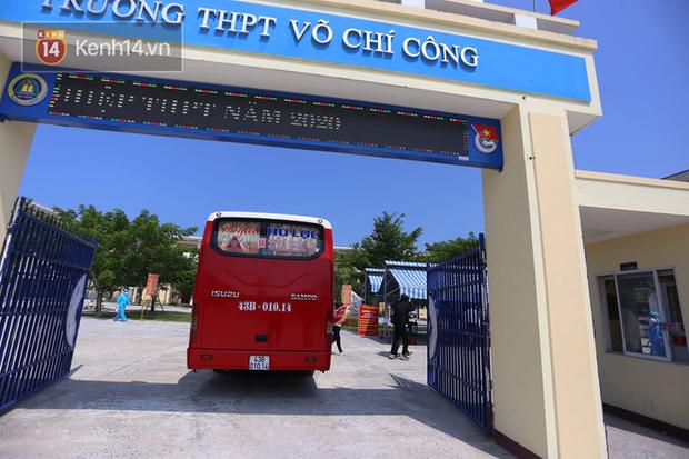 Chuyến xe từ khu vực phong toả do dịch Covid-19 đến điểm thi tốt nghiệp của các thí sinh tại Đà Nẵng - Ảnh 9.