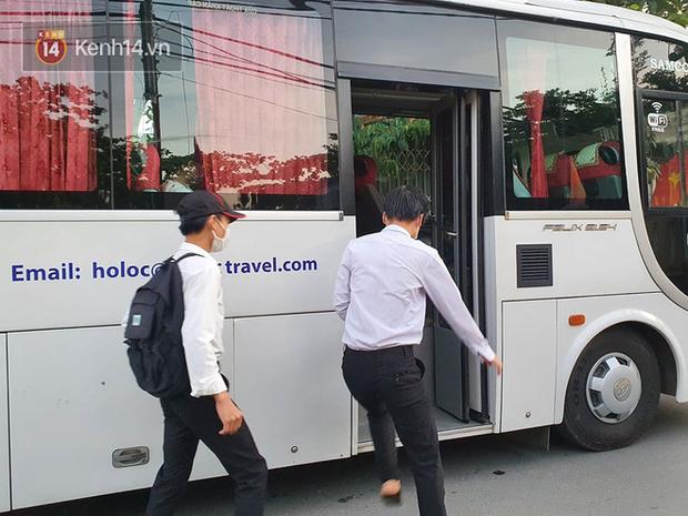 Chuyến xe từ khu vực phong toả do dịch Covid-19 đến điểm thi tốt nghiệp của các thí sinh tại Đà Nẵng - Ảnh 3.