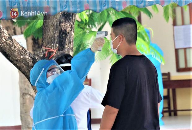 Chuyến xe từ khu vực phong toả do dịch Covid-19 đến điểm thi tốt nghiệp của các thí sinh tại Đà Nẵng - Ảnh 8.
