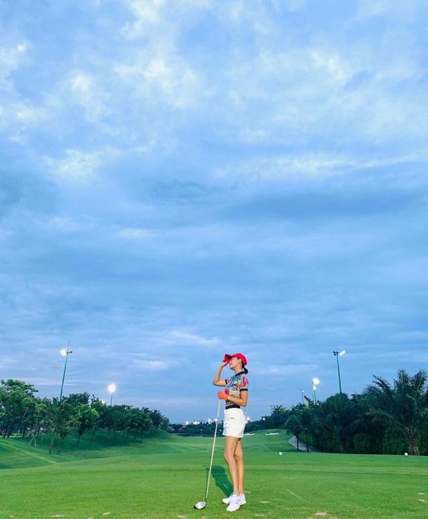Sân golf hóa đấu trường đọ body trá hình của mỹ nhân Vbiz: Hương Giang cực nuột bên Matt Liu, Hoa hậu, Á hậu so kè quá căng - Ảnh 11.