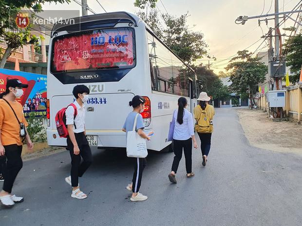 Chuyến xe từ khu vực phong toả do dịch Covid-19 đến điểm thi tốt nghiệp của các thí sinh tại Đà Nẵng - Ảnh 4.