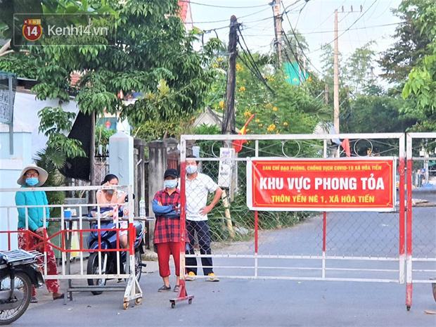 Chuyến xe từ khu vực phong toả do dịch Covid-19 đến điểm thi tốt nghiệp của các thí sinh tại Đà Nẵng - Ảnh 6.