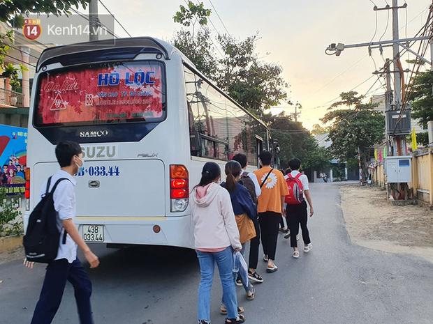 Chuyến xe từ khu vực phong toả do dịch Covid-19 đến điểm thi tốt nghiệp của các thí sinh tại Đà Nẵng - Ảnh 2.