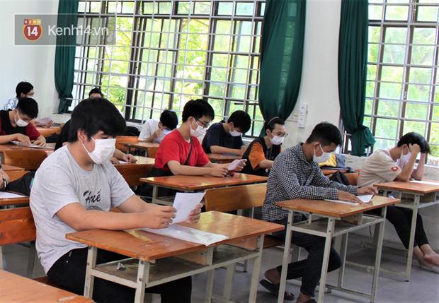 Chuyến xe từ khu vực phong toả do dịch Covid-19 đến điểm thi tốt nghiệp của các thí sinh tại Đà Nẵng - Ảnh 12.