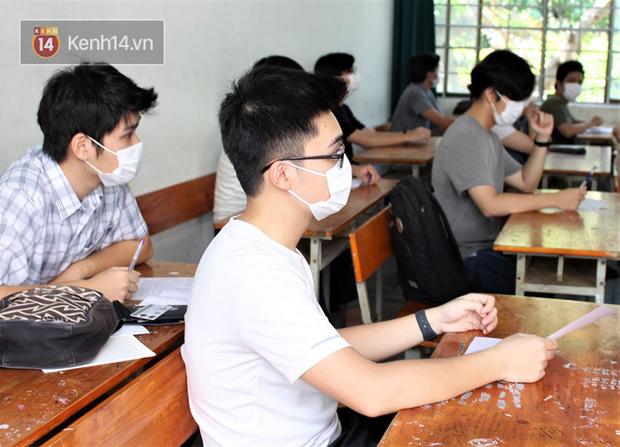 Chuyến xe từ khu vực phong toả do dịch Covid-19 đến điểm thi tốt nghiệp của các thí sinh tại Đà Nẵng - Ảnh 13.