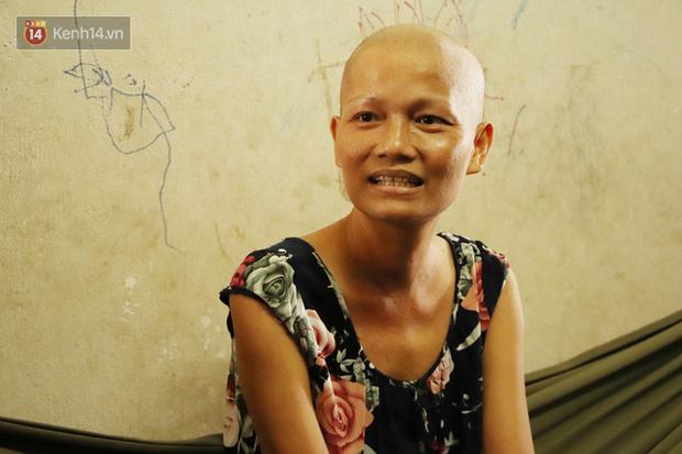 Bị ung thư buồng trứng vẫn gắng gượng đi làm, người mẹ cố sống từng ngày để lo cho đứa con khờ bệnh tật - Ảnh 1.