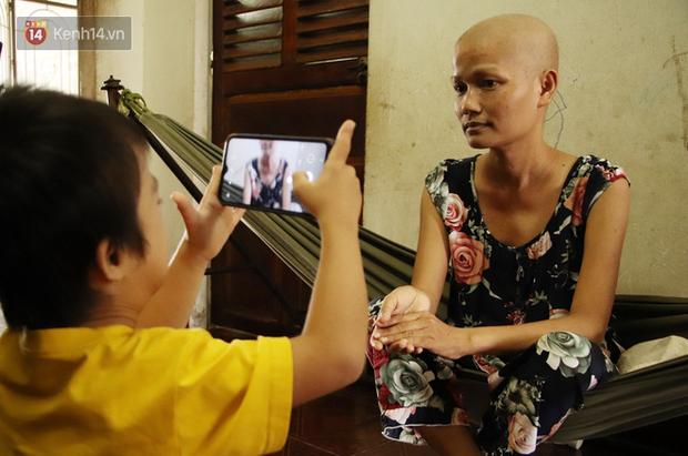 Bị ung thư buồng trứng vẫn gắng gượng đi làm, người mẹ cố sống từng ngày để lo cho đứa con khờ bệnh tật - Ảnh 9.