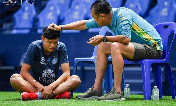 Bóng đá Thái Lan khiến tất cả ngạc nhiên: Xuất khẩu một lúc 3 cầu thủ sang Ngoại Hạng Anh, trong đó có người từng gây hấn với Đình Trọng - Ảnh 2.