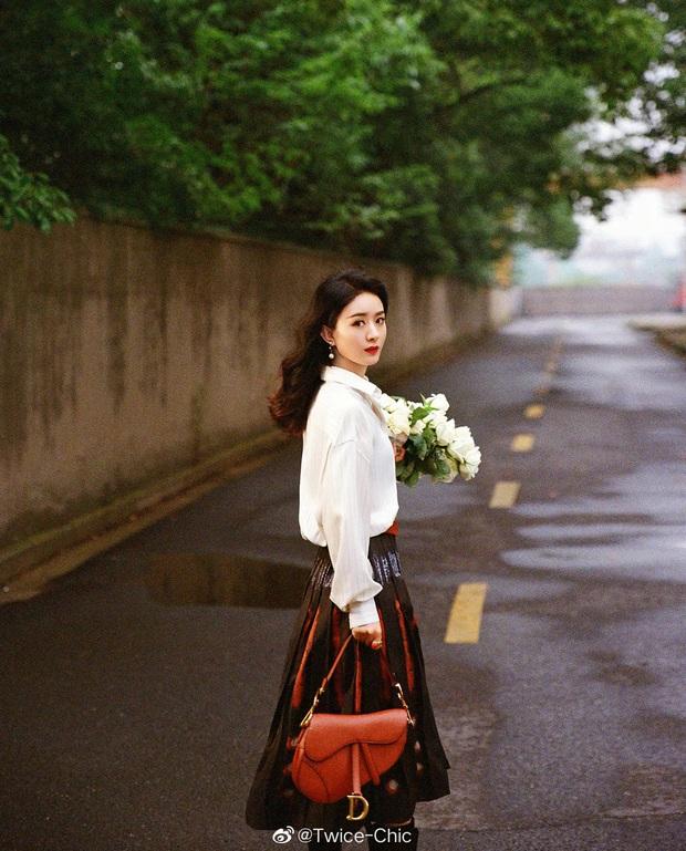 Qua thời diện hàng hiệu như hàng chợ, Triệu Lệ Dĩnh chứng tỏ khí chất thời trang ngày một tiến bộ trong photoshoot mới - Ảnh 2.