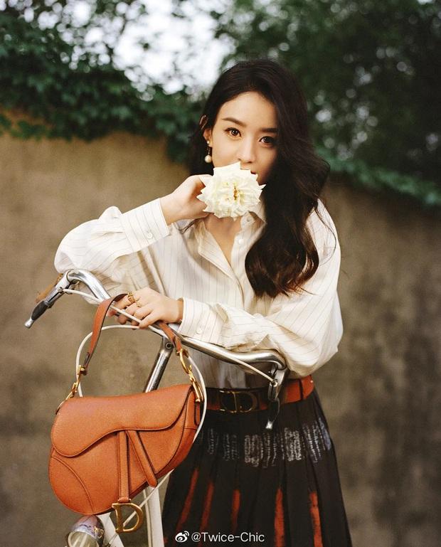 Qua thời diện hàng hiệu như hàng chợ, Triệu Lệ Dĩnh chứng tỏ khí chất thời trang ngày một tiến bộ trong photoshoot mới - Ảnh 1.