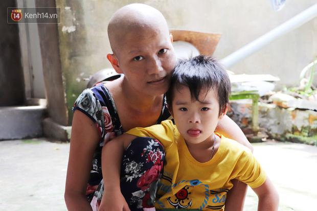 Bị ung thư buồng trứng vẫn gắng gượng đi làm, người mẹ cố sống từng ngày để lo cho đứa con khờ bệnh tật - Ảnh 7.