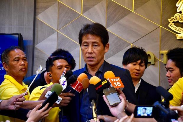 Văn Lâm khoe body cực đỉnh tại bể bơi, thoải mái thư giãn cùng đồng đội trước thềm trận đấu có sự góp mặt của HLV tuyển Thái Lan  - Ảnh 2.