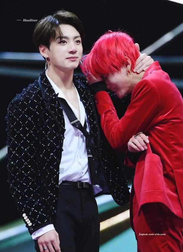 5 khoảnh khắc fan khóc ròng vì BTS: Suga quỳ gối ở concert không sốc bằng Jin tiết lộ nhóm suýt tan rã ngay khi nhận Daesang - Ảnh 3.