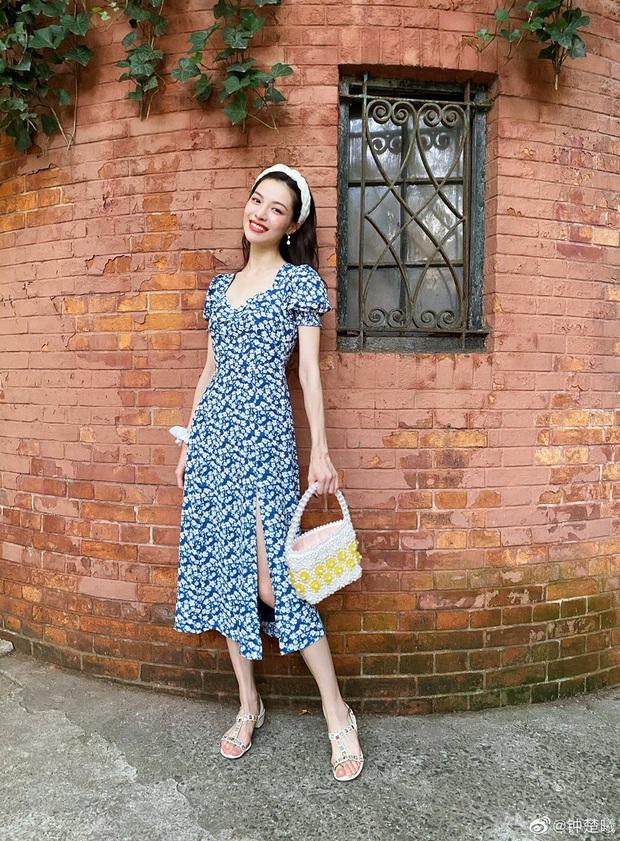 Jisoo xinh thế mà vẫn lép vế trước người tình của cha nuôi Lưu Diệc Phi khi diện cùng một mẫu váy - Ảnh 1.