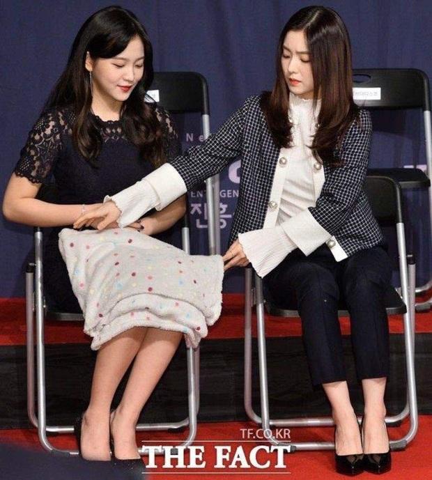 Thánh soi cũng phải thua Irene: Cứ mặc váy chụp hình là quấn khăn kín mít, đợi chị lộ hàng chắc không bao giờ có - Ảnh 9.