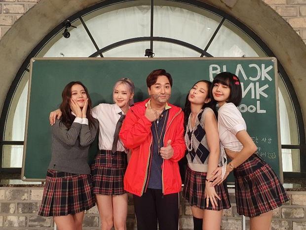 BLACKPINK lên top toàn cầu chỉ với 3 bức ảnh mặc đồng phục quay show: Tưởng Lisa hot nhất ai dè màn cởi áo bung xoã của Jisoo ở hậu trường mới thành tâm điểm - Ảnh 4.