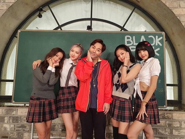 BLACKPINK lên top toàn cầu chỉ với 3 bức ảnh mặc đồng phục quay show: Tưởng Lisa hot nhất ai dè màn cởi áo bung xoã của Jisoo ở hậu trường mới thành tâm điểm - Ảnh 3.
