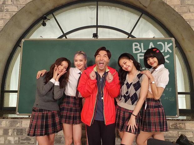 BLACKPINK lên top toàn cầu chỉ với 3 bức ảnh mặc đồng phục quay show: Tưởng Lisa hot nhất ai dè màn cởi áo bung xoã của Jisoo ở hậu trường mới thành tâm điểm - Ảnh 2.