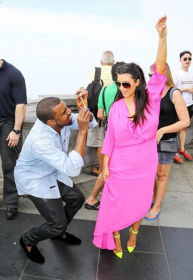 """Đằng sau ảnh sống ảo triệu like của Kim """"siêu vòng 3"""" là vẻ bất lực của Kanye: Rapper quyền lực về nhà vẫn phải phục vụ vợ mà thôi! - Ảnh 3."""
