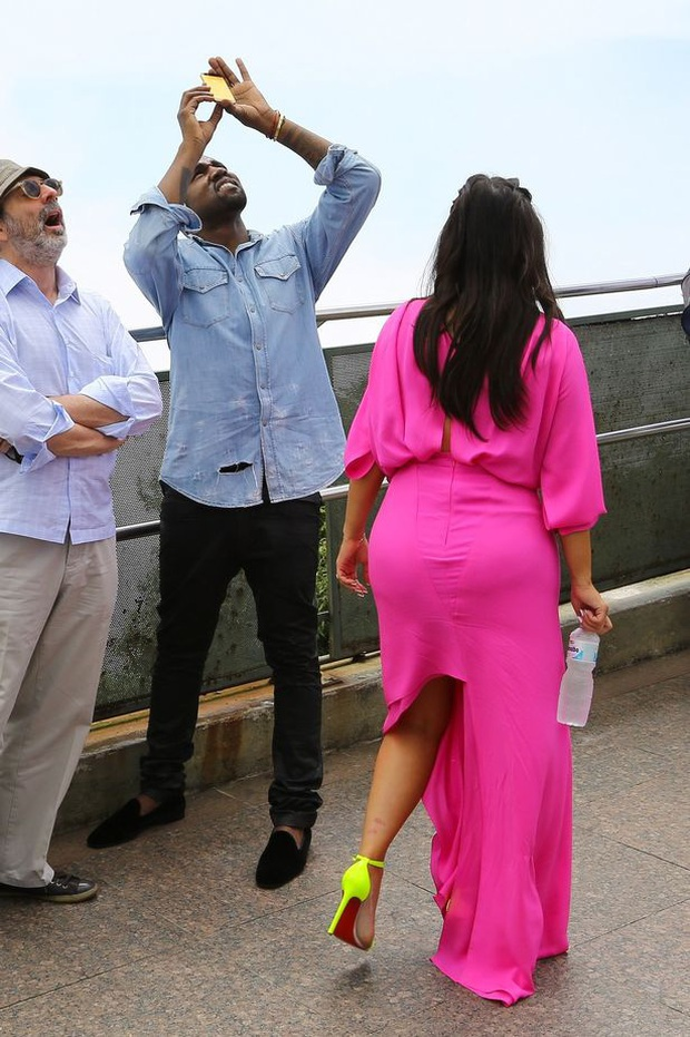 """Đằng sau ảnh sống ảo triệu like của Kim """"siêu vòng 3"""" là vẻ bất lực của Kanye: Rapper quyền lực về nhà vẫn phải phục vụ vợ mà thôi! - Ảnh 6."""
