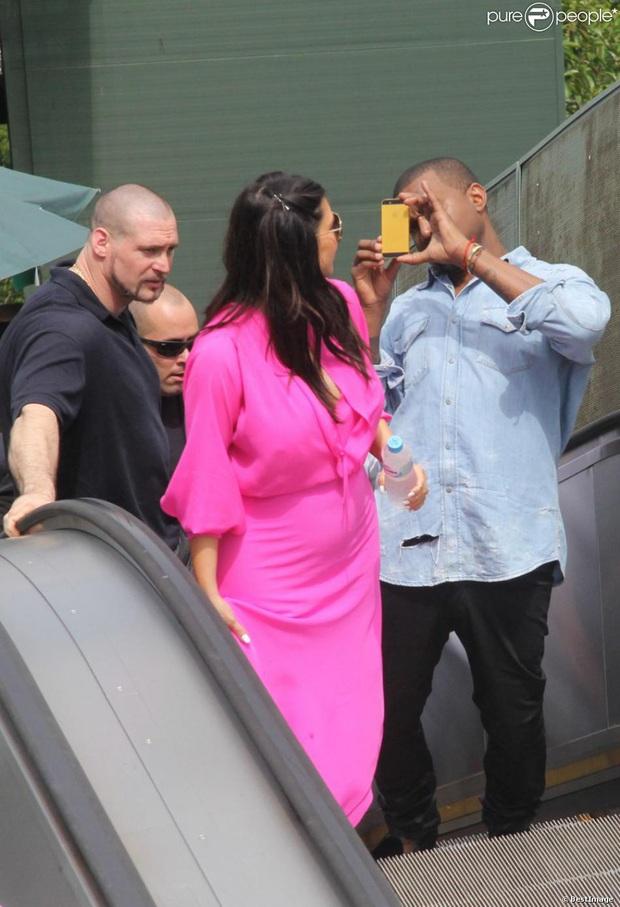 """Đằng sau ảnh sống ảo triệu like của Kim """"siêu vòng 3"""" là vẻ bất lực của Kanye: Rapper quyền lực về nhà vẫn phải phục vụ vợ mà thôi! - Ảnh 7."""