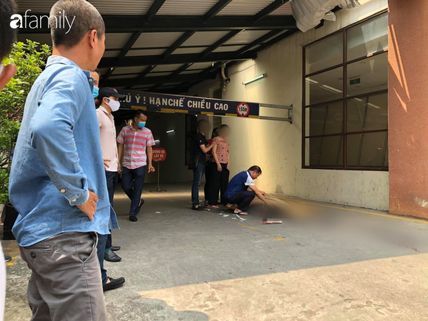 Vụ nam thanh niên rơi từ tầng cao chung cư tử vong ở Hà Nội: Ám ảnh ánh mắt thất thần của người cha ngồi gục bên thi thể con trai - Ảnh 2.